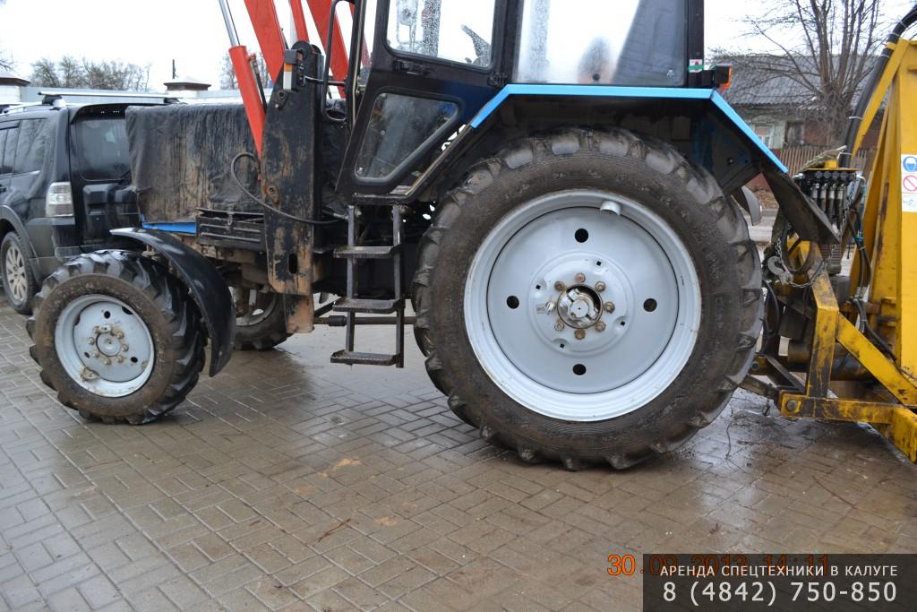 Трактор МТЗ-1221 с фронтальным погрузчиком.